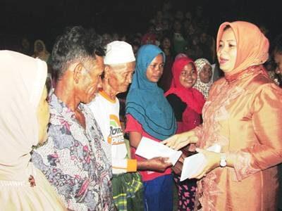 Bupati Bima saat menyerahkan bantuan kepada korban kebakaran di Desa Risa. Foto: Hum