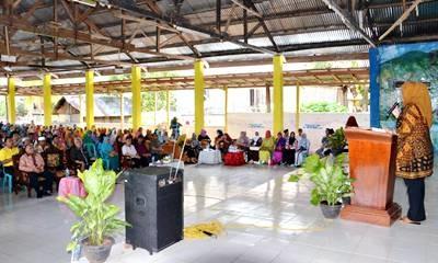 Bupati Bima saat silahturahim dengan warga Parado. Foto: Hum