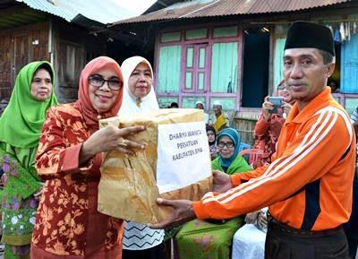 DPW saat menyerahkan bantuan korban kebakaran. Foto: Hum
