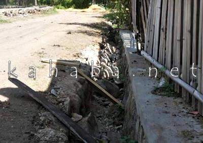 Drainase di Desa Lewintana yang rusak akibat buka jalan baru. Foto: Eric