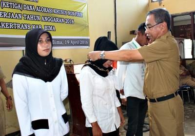 H. Muzakir secara simbolis mengalongkan ID Card peserta tanda dimulainya pelatihan. Foto: Hum