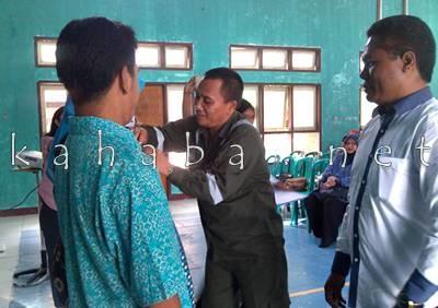 Head Operation Terminal BBM Kota Bima, PT.Pertamina Persero, Hardjito Menyematkan Tanda Peserta Pelatihan di Aula Kantor Camat Rasanae Timur. Foto: Eric