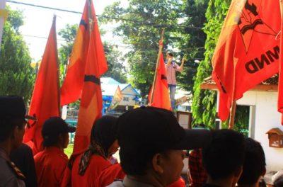 Massa aksi LMND saat menggelar aksi di depan Kantor DPRD Kota Bima, Rabu pagi. Foto : Deno