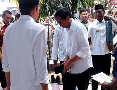 Jokowi saat tiba di Masjid Al Hidayah Desa Talabiu. Foto Facebook Alan Malingi