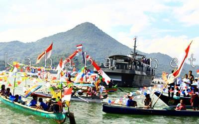 Kapal perang diantara perahu. Foto: Deno