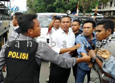 Kericuhan antara aparat dan warga di depan PN Raba Bima. Foto: Noval