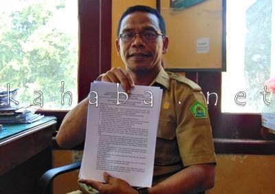 Ketua FKUB Kota Bima Eka Iskandar menunjukan hasil rapat rapat bersama. Foto: Ady