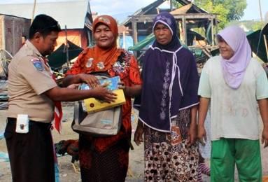 Komunitas Pramuka Peduli saat menyerahkan bantuan korban kebakaran.
