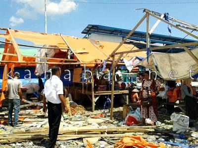 Lapak pedagang di Pasar Amahami dibongkar. Foto: Noval