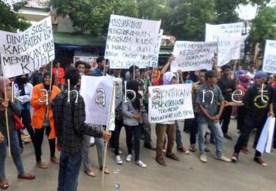 Mahasiswa saat demo soal KUBe. Foto: Deno