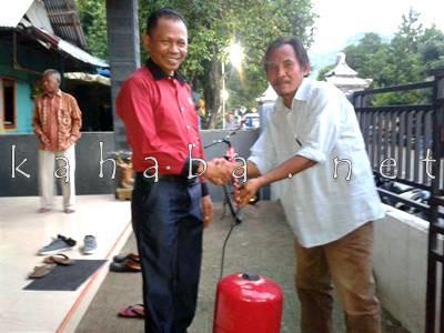 Nazamuddin saat menyerahkan Pompa Air kepada warga Kodo. Foto: Noval