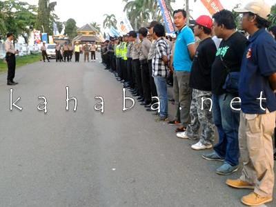 Personil TNI Polri disiapkan untuk mengamankan acara Hiburan HUT Kota Bima. Foto: Noval