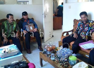 Perwakilan Kantor Jasa Penilai Publik NTB, Muhammad Jan (memakai topi) Saat berada di ruangan Bagian APU Setda Kota Bima. Foto: Eric