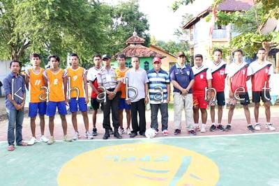 Pose bersama pemain voli dengan FPPL Lewirato. Foto: Noval