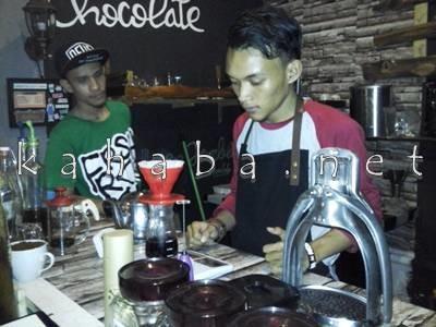 Racik Kopi ala Kedai Coffee Dae MBJ. Foto: Ady