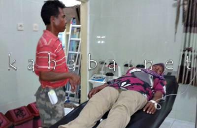 Rahma didampingi suami usai mendapat perawatan di RSUD Bima. Foto: Noval