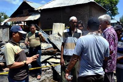 Wakil Bupati Bima (Pakai batik) saat tinjau lokasi kebakaran. Foto: Hum