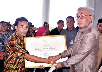 Wakil Bupati Bima menyerahkan piagaman penghargaan dari Kemendikbud RI. Foto: Hum