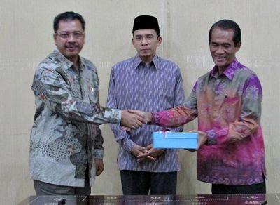 Walikota Bima dan Gubernur NTB bersama Kepala BPK NTB. Foto: Hum