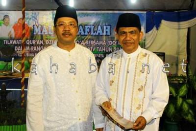 Walikota Bima dan Pengurus Yayasan Pembangunan Masjid Al Muwahidin Usman AK. Foto: Bin