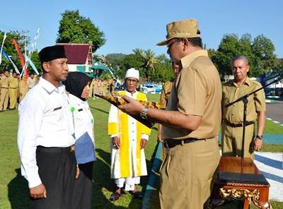 Walikota Bima menyerahkan SK pada PNS Formasi K2. Foto: Hum