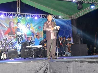 Walikota Bima saat memberikan sambutan pada acara pesta Rakyat. Foto: Hum