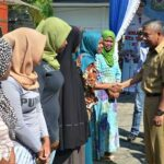 Wawali Bima Serahkan Bantuan PKH Tahap I 2016