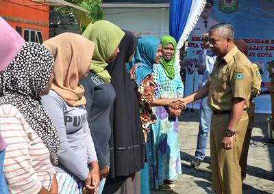 Wawali Bima saat menyerahkan bantuan PKH. Foto: Hum
