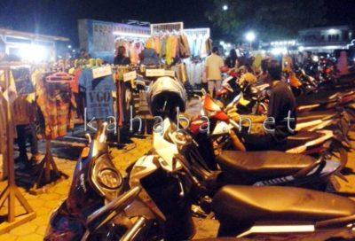 Para PKL di ruas jalan depan Lapangan Serasuba kian menjamur. Foto : Ady