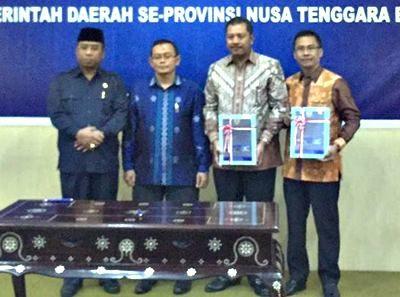 BPK dan Walikota Bima didampingi Wagub NTB dan Ketua DPRD Kota Bima menunjukan LHP. Foto: Hum