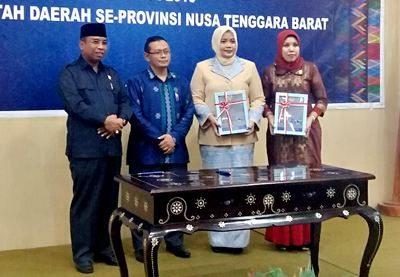 Bupati Bima didampingi BKP, Wagub Provinsi NTB dan Ketua DPRD Kabupaten Bima saat menunjukan LHP BPK. Foto: Hum