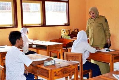 Bupati Bima saat meninjau UN SMP Sederajat. Foto: Hum