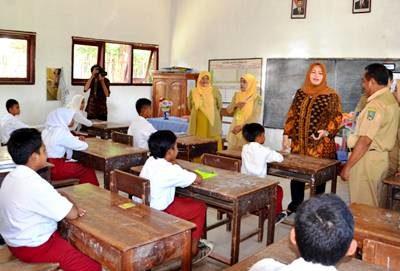 Bupati Bima saat meninjau UN Sekolah Dasar. Foto: Hum