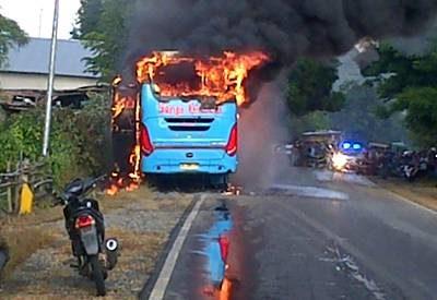 Bus Surya Kencana yang dibakar.