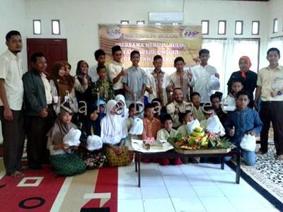 Foto bersama jajaran pegawai Bulog Bima dengan anak Panti Asuhan. Foto: Noval
