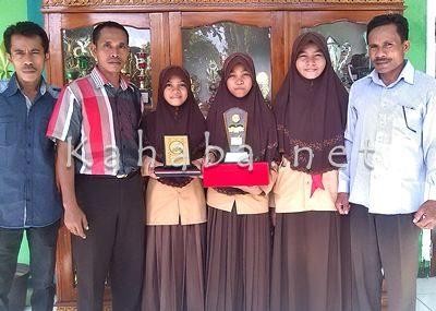 Guru Pembina bersama siswa MAN 2 Kota Bima yang meraih Juara II LCC Provinsi NTB. Foto: Eric