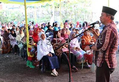 H. Sutarman berbicara dihadapan rakyat Kelurahan Rite. Foto: Bin