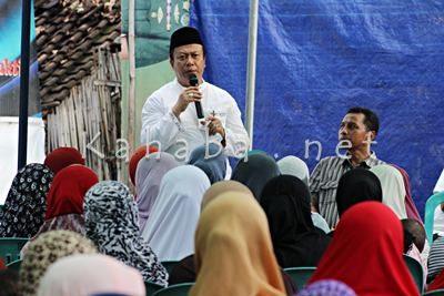 H. Sutarman saat silahturahim di Lingkungan Bedi Kelurahan Manggemaci. Foto: Bin