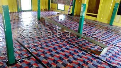 Karpet plastik yang dipasang di Langgar Kuno. Foto: Bin