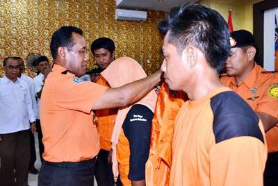 Kepala Basarnar saat menyerahkan penghargaan kepada Petugas SAR Bima. Foto: Hum