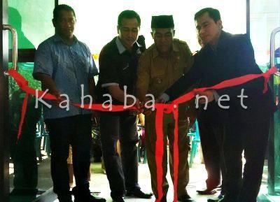Pengguntingan Pita, menandai diresmikannya kantor IBis di Desa Sanolo. Foto: Bin