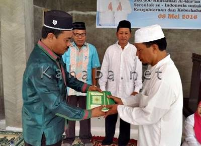 Penyerahan bantuan Al Quran untuk Program Nusantara Mengaji. Foto: Bin