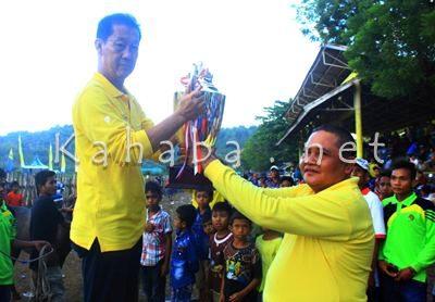Penyerahan piala Juara umum Lomba Pacuan Kuda. Foto: Deno
