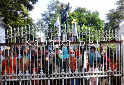 Puluhan pedagang saat mendatangi kantor DPRD Kabupaten Bima. Foto: Deno