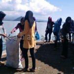 Siswi SMAN 4 Bersihkan Pantai Lawata