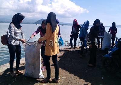 Siswi SMAN 4 Kota Bima saat memberishkan Pantai Lawata. Foto: Eric