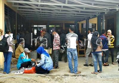 Tempat Parkir Dinas Dukcapil Kabupaten Bima yang dirubah jadi ruang tunggu pelayanan. Foto: Noval