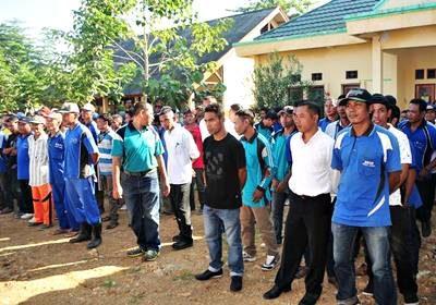 Tenaga Kontrak Dinas Kebersihan Pertamanan dan Pemakaman Kota Bima yang menerima santunan dari BAZNAS. Foto: Hum