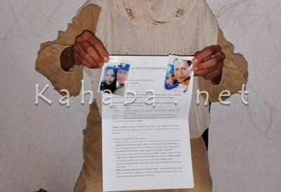 Tity menunjukan surat pengaduan dan foto mesra suaminya dengan WIL ke Dinas terkait. Foto: Noval