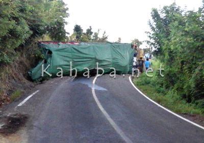Truk Fuso yang terguling di jalan Lintas Kempo - Tambora. Foto: Ady